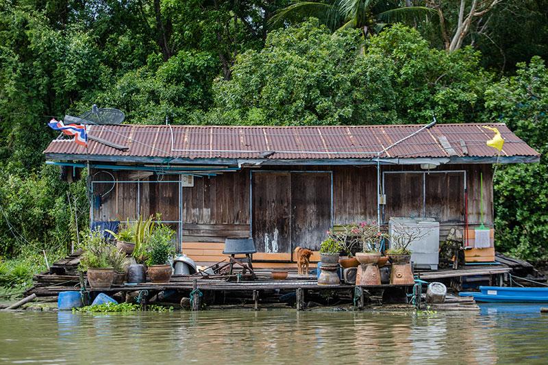 Uma casa à margem de um rio no Amazonas